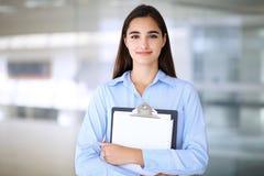 Jeune femme d'affaires de brune ou fille d'étudiant regardant l'appareil-photo Photo libre de droits