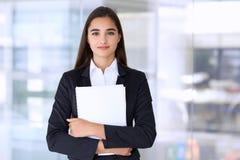 Jeune femme d'affaires de brune ou fille d'étudiant regardant l'appareil-photo Images stock
