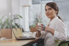 Jeune femme d'affaires de charme travaillant ? son bureau image libre de droits