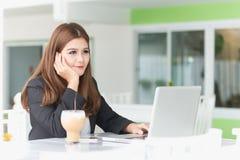 Jeune femme d'affaires de l'Asie dans un café Photo stock