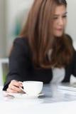 Jeune femme d'affaires de l'Asie dans un café Photos stock