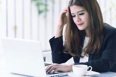 Jeune femme d'affaires de l'Asie dans un café Image stock