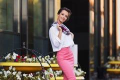 Jeune femme d'affaires de mode dans la chemise blanche et la jupe rose de crayon Image stock