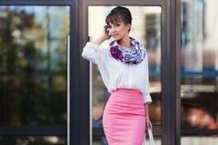 Jeune femme d'affaires de mode dans la chemise blanche et la jupe rose de crayon Photographie stock libre de droits
