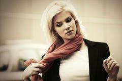 Jeune femme d'affaires de mode marchant dans la rue de ville Photographie stock libre de droits