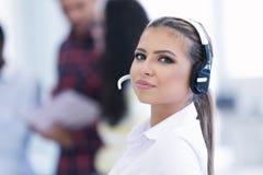 Jeune femme d'affaires de Smilling devant son équipe Photos stock