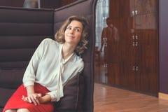 Jeune femme d'affaires de sourire Photographie stock libre de droits