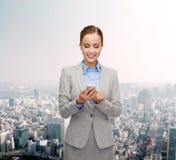 Jeune femme d'affaires de sourire avec le smartphone Photo libre de droits