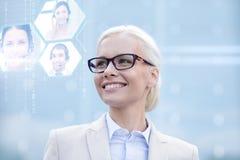 Jeune femme d'affaires de sourire dans des lunettes dehors Image stock