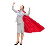 Jeune femme d'affaires de sourire dans le cap rouge de super héros Photo libre de droits