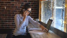 Jeune femme d'affaires discutant des détails de contrat au-dessus du téléphone clips vidéos