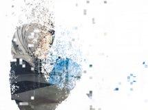 Jeune femme d'affaires dispersant dans des pixels pour l'esprit c d'affaires image libre de droits