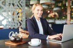 Jeune femme d'affaires en café images libres de droits