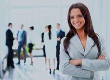 Jeune femme d'affaires et ses collègues Photo stock
