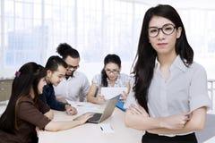 Jeune femme d'affaires et son équipe Photo stock