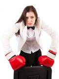 Jeune femme d'affaires fâchée dans des gants de boxe Photographie stock libre de droits