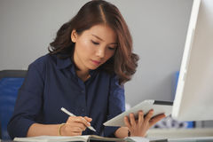 Jeune femme d'affaires faisant des notes photos libres de droits