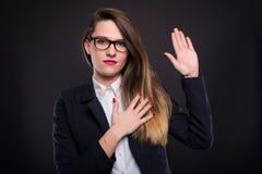 Jeune femme d'affaires faisant une promesse photos libres de droits