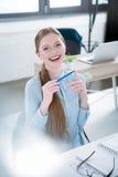 Jeune femme d'affaires gaie Image stock