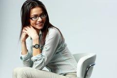 Jeune femme d'affaires gaie s'asseyant sur la chaise Photographie stock