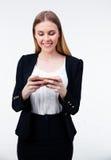 Jeune femme d'affaires heureuse à l'aide de son smartphone Photo stock