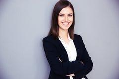 Jeune femme d'affaires heureuse avec des bras pliés Images stock
