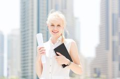 Jeune femme d'affaires heureuse dans la ville photographie stock libre de droits