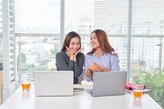 Jeune femme d'affaires heureuse parlant ? son coll?gue image libre de droits
