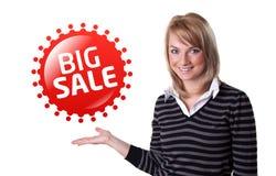 Jeune femme d'affaires heureuse présent le grand signe de vente image libre de droits