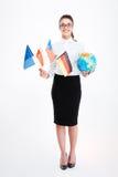 Jeune femme d'affaires heureuse tenant des drapeaux de plusieurs pays et de globe Images stock