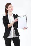 Jeune femme d'affaires heureuse tenant le papier blanc sur le presse-papiers sur le wh Images stock