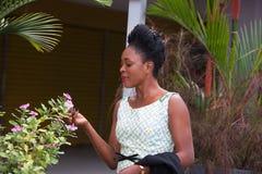 Jeune femme d'affaires heureuse tenant une fleur blanche dans sa main photo stock