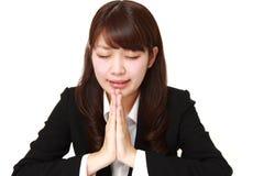 jeune femme d'affaires japonaise pliant ses mains dans la prière Photographie stock