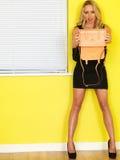 Jeune femme d'affaires jugeant un sac à main rose à l'envers Image stock