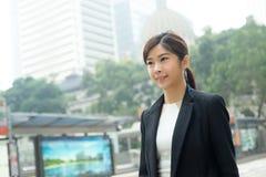 Jeune femme d'affaires marchant à extérieur Photos stock