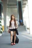 Jeune femme d'affaires marchant en dehors de du centre commercial avec elle photographie stock