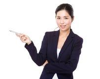 Jeune femme d'affaires montrant la plume de côté Image stock