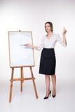 Jeune femme d'affaires montrant quelque chose sur Photographie stock