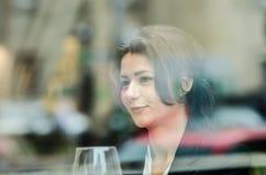 Jeune femme d'affaires parlant au-dessus du dîner Photos stock