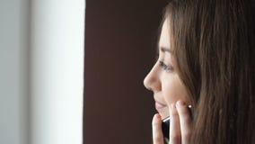 Jeune femme d'affaires parlant au téléphone portable sur le couloir de bureau clips vidéos