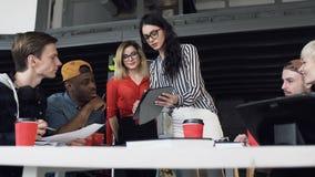 Jeune femme d'affaires pr?sent le nouveau plan d'action ? l'?quipe ici jeune de hippie pendant la conf?rence clips vidéos