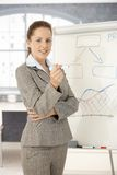 Jeune femme d'affaires présent dans le sourire de bureau Photographie stock libre de droits