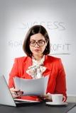 Jeune femme d'affaires réussie lisant un document Images stock
