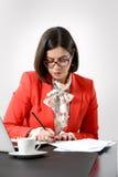 Jeune femme d'affaires réussie signant un document Photos stock