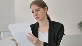 Jeune femme d'affaires Reading Contract au travail banque de vidéos