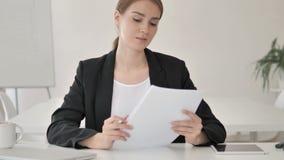 Jeune femme d'affaires Reading Important Papers banque de vidéos