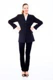Jeune femme d'affaires restant avec des bras sur les hanches Photographie stock libre de droits