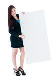 Jeune femme d'affaires retenant le panneau-réclame blanc Image stock