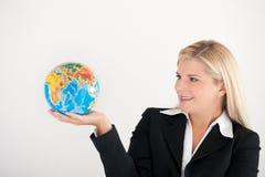 Jeune femme d'affaires retenant un globe Image stock
