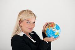 Jeune femme d'affaires retenant un globe Photographie stock libre de droits